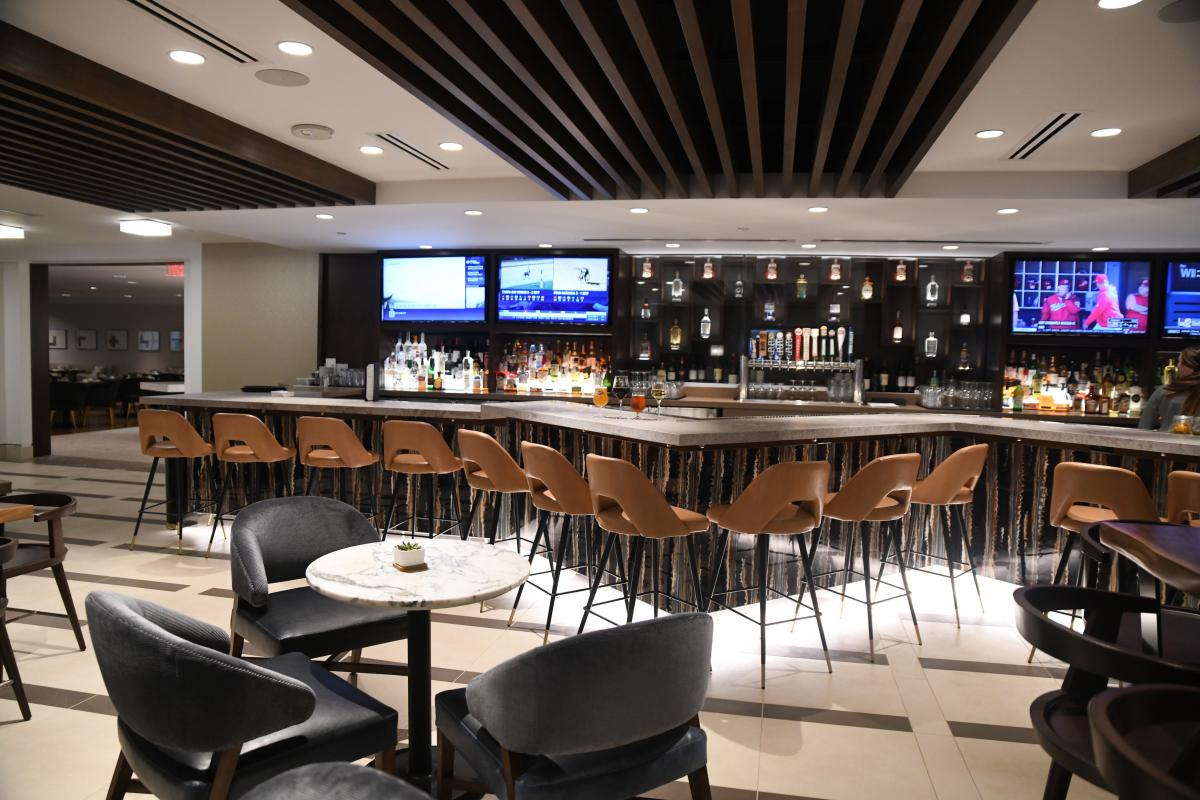 Excellent One East Urban Bar Kitchen Crown Center Beutiful Home Inspiration Ommitmahrainfo
